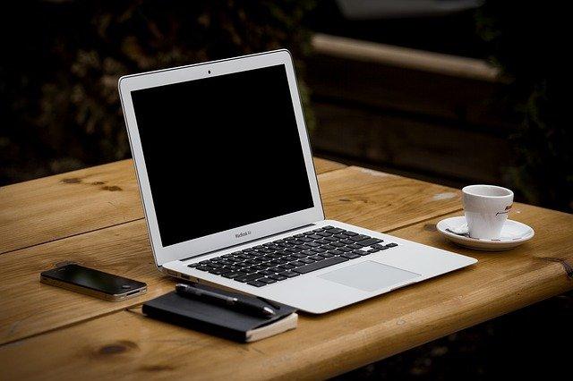 jak połączyć laptopa z telewizorem przez wifi
